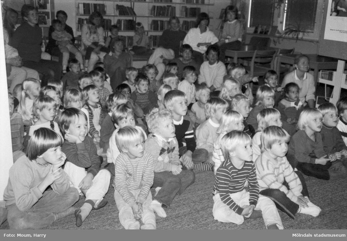 """Dockteater på Kållereds bibliotek, år 1984. """"Det var en entusiastisk publik som bevistade premiären på höstens aktiviteter i biblioteket.""""  För mer information om bilden se under tilläggsinformation."""
