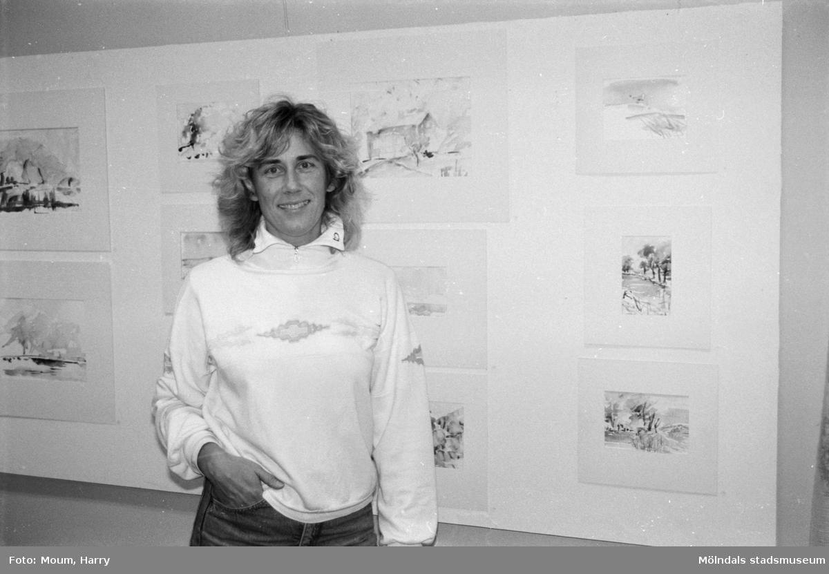 """Konstnären Gunnel Hagström ställer ut akvareller på Kållereds bibliotek, år 1984. """"Gunnel Hagström visar akvareller i Kållered.""""  För mer information om bilden se under tilläggsinformation."""