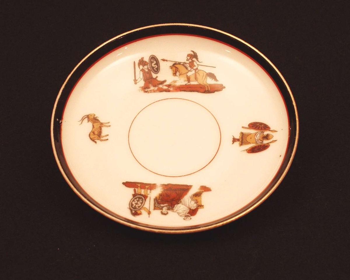 4 figurer m. Herculaneum motiv på hvit bunn. Sort, bred kant ytterst, tynnere rød kant innenfor.