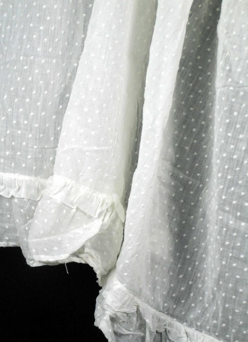 Hvit gardinkappe i bomull med innvevde prikker. (9-10 prikker pr.10 cm) Rynkekappe.