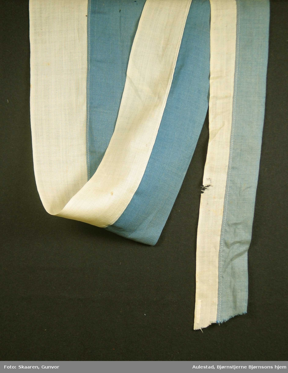 Svensk vimpel sydd sammen av to lengder: blått og gult. Vimpelen er naglet til en trestav i den bredeste enden.