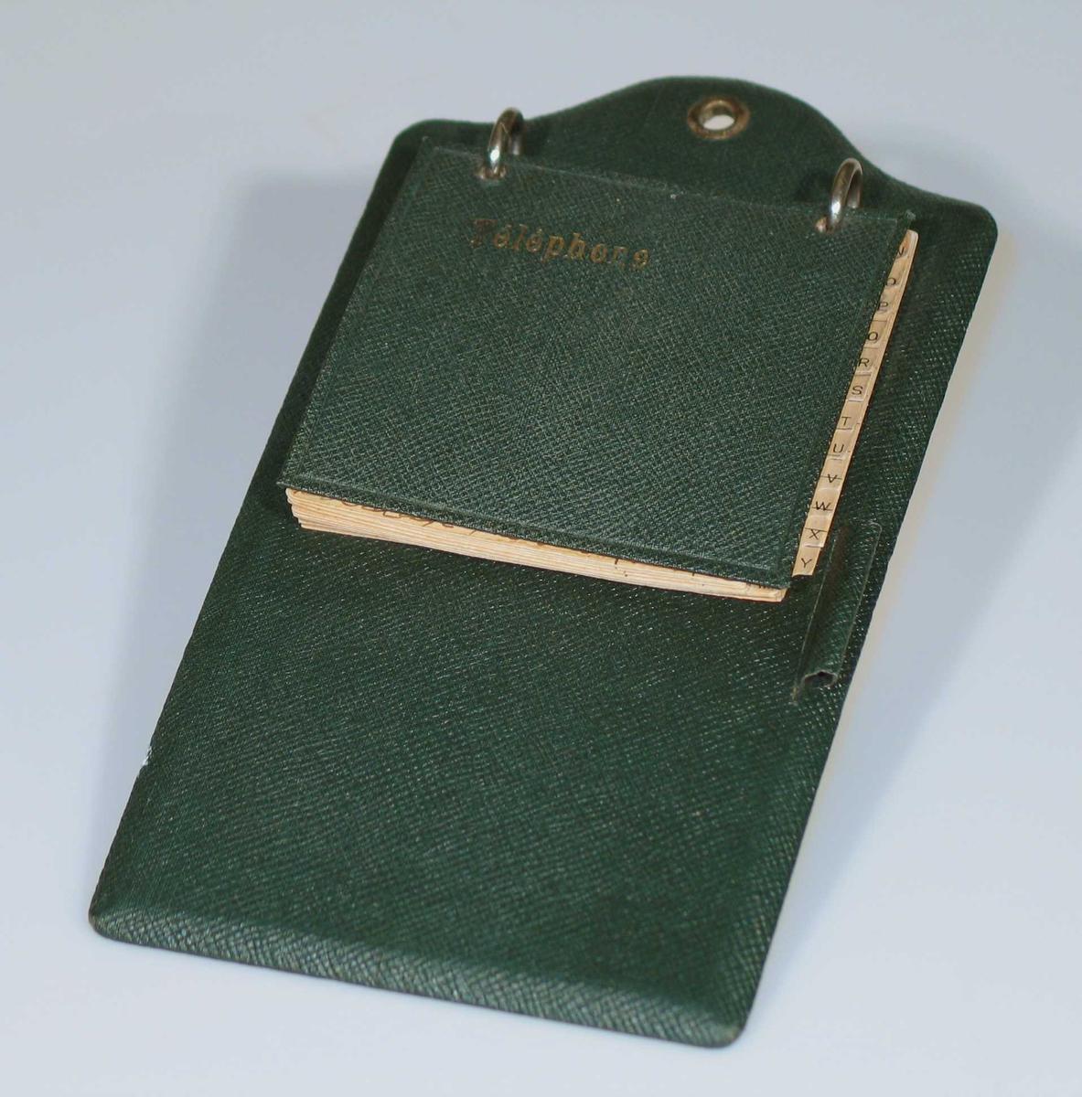 Telefonliste festet med to metallringer til en grønn papplate. Hempe til blyant. Forsterket oppheng.