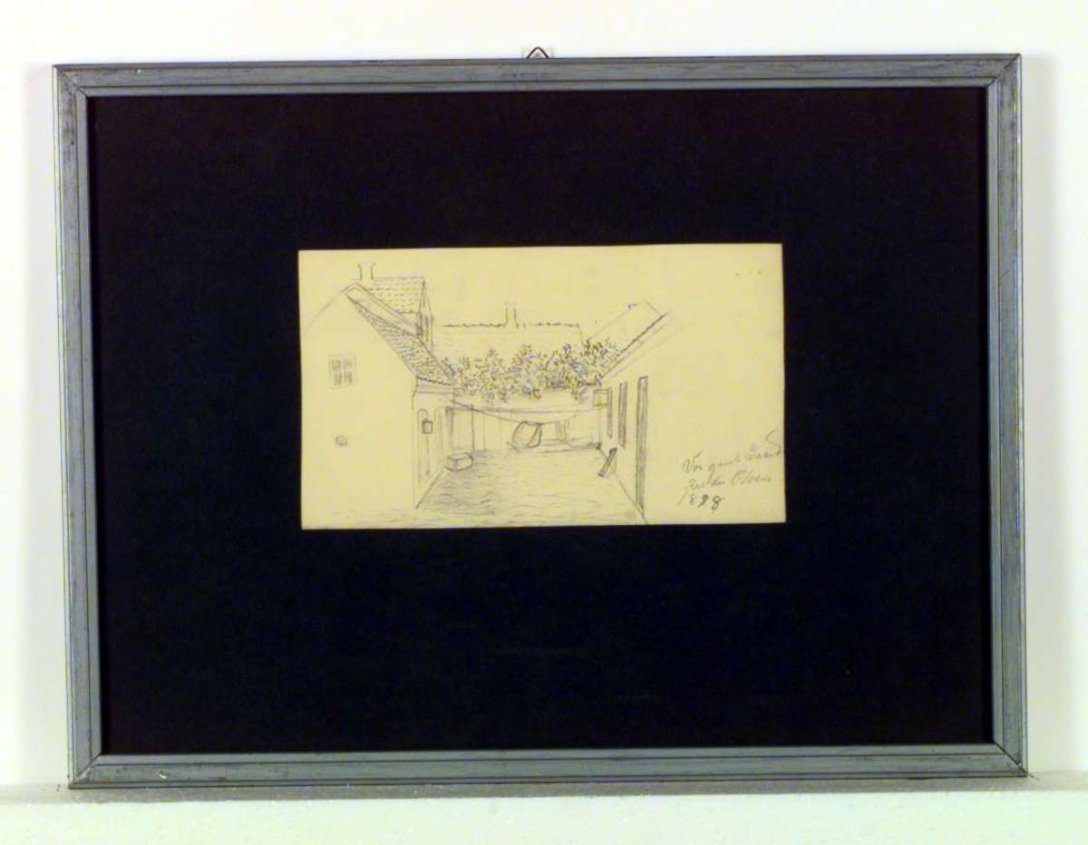 Tegning av et gårdsinteriør med tre lave hus