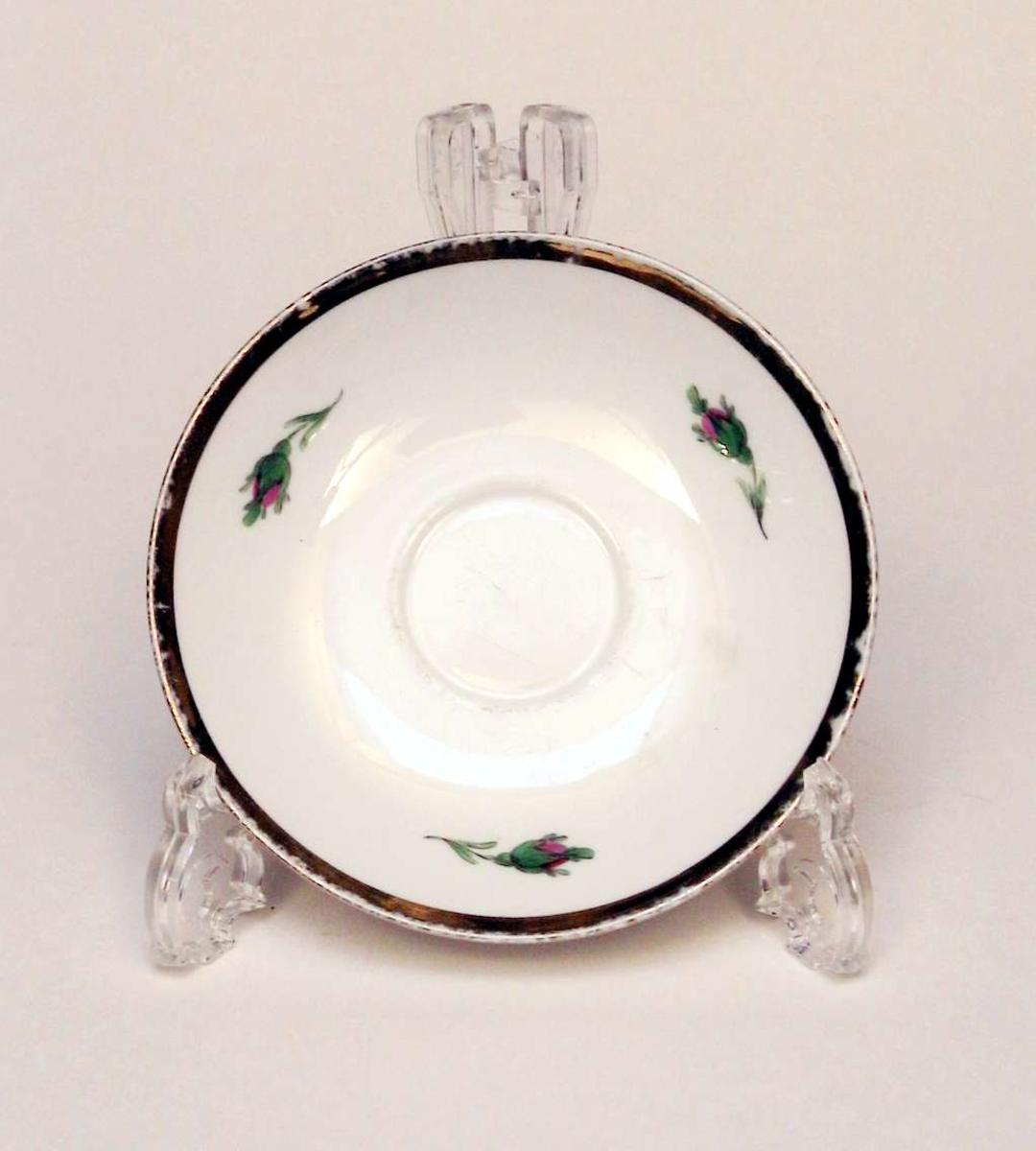Skål i hvit porselen med blomsterdekor og gullkant. Det er hakk i skålen. Skålen har produksjonsmerke.