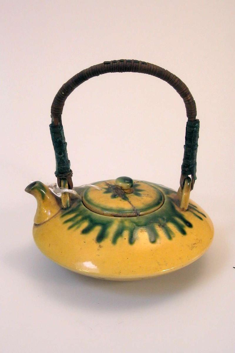 Liten tekanne i gul keramikk med grønn dekor. Hank i peddig. Brukskunst.