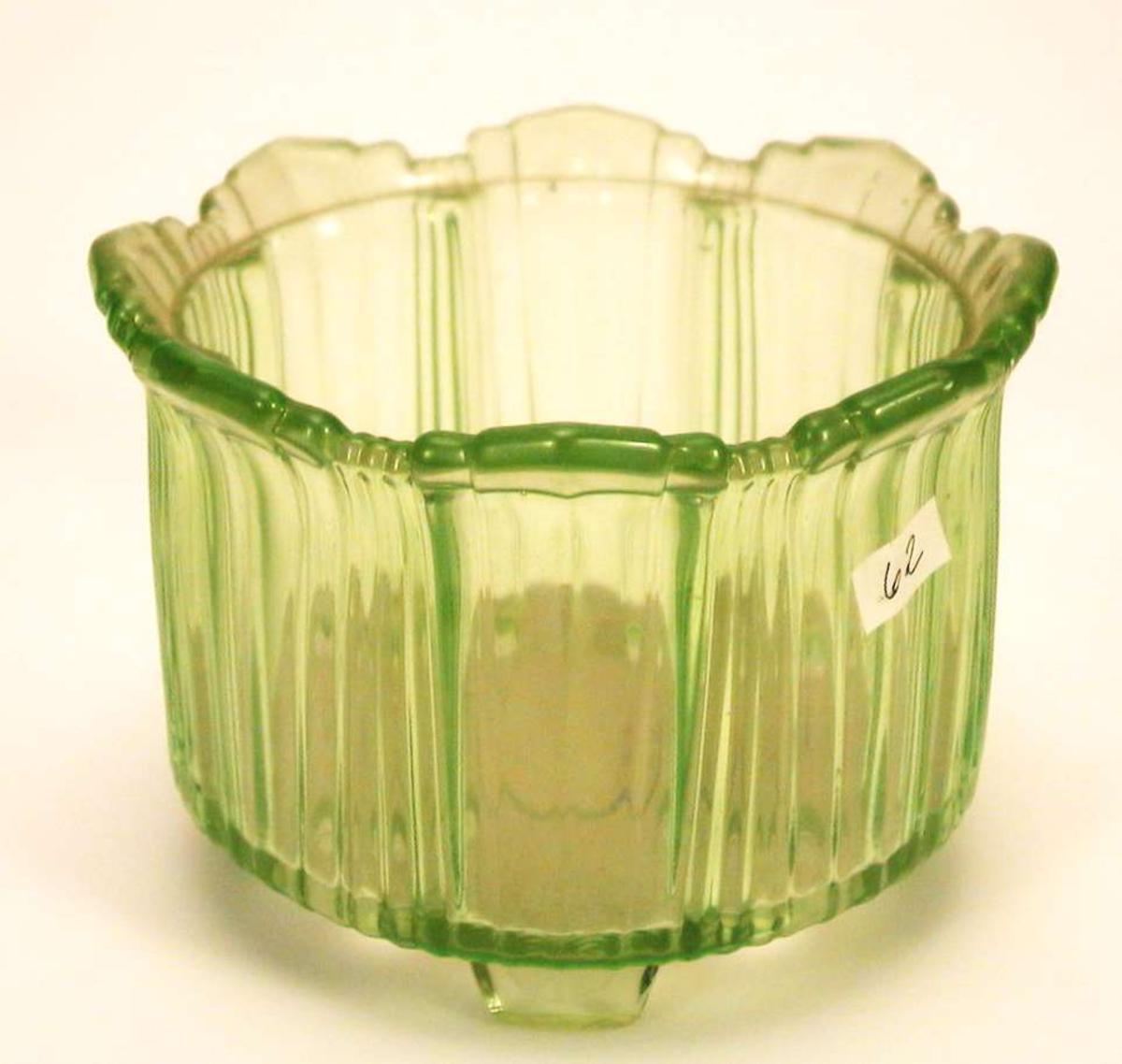 Blomsterpotteskjuler i grønt glass.