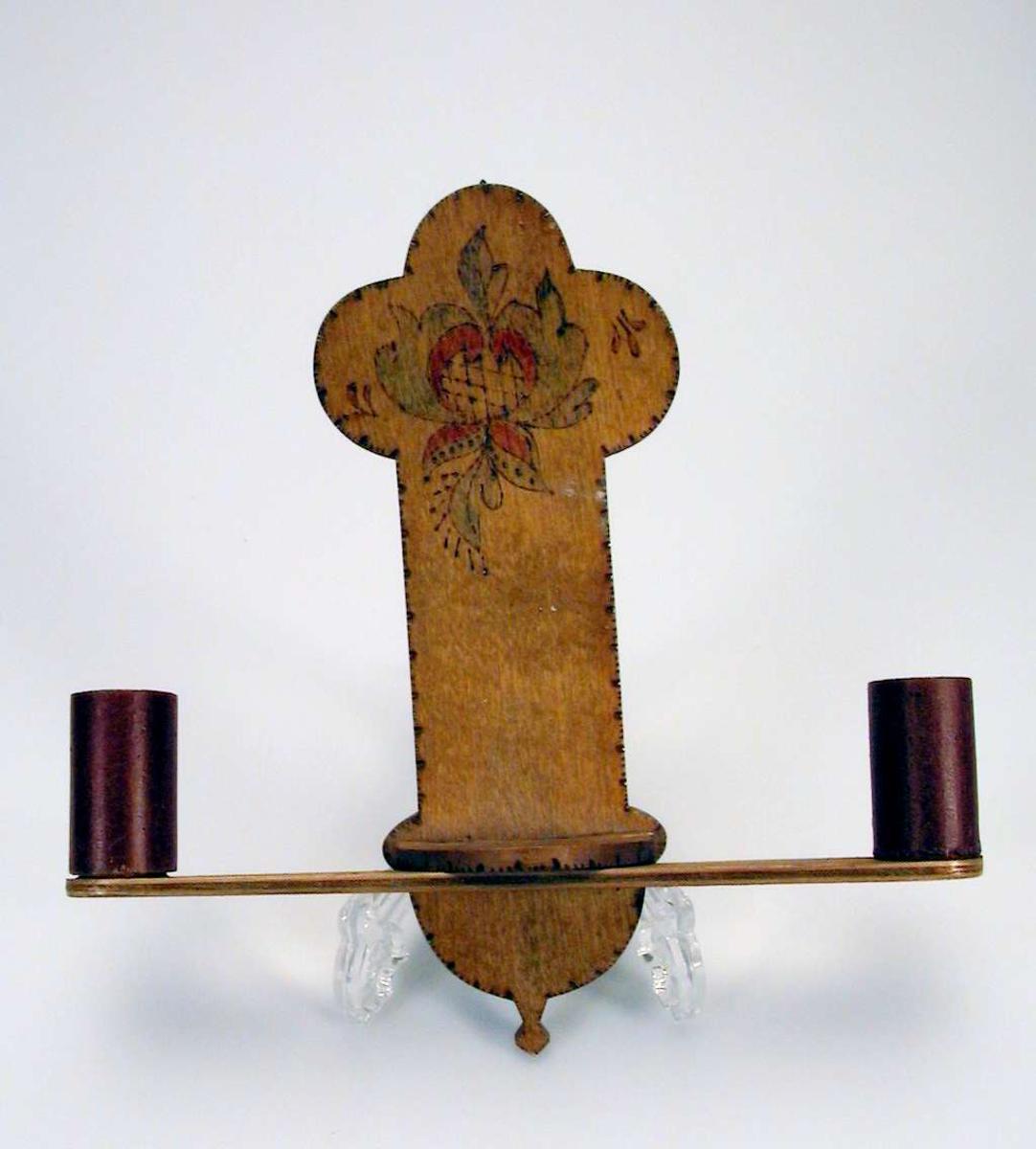 Vegglysestake i tre med to holdere for lys. Lakkert. Dekorert med svipenn og malt.