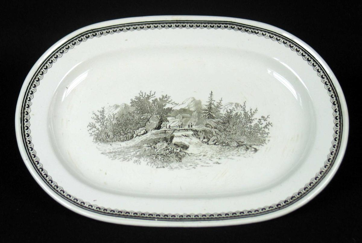 Serveringsfat i benhvit keramikk med sort dekor.