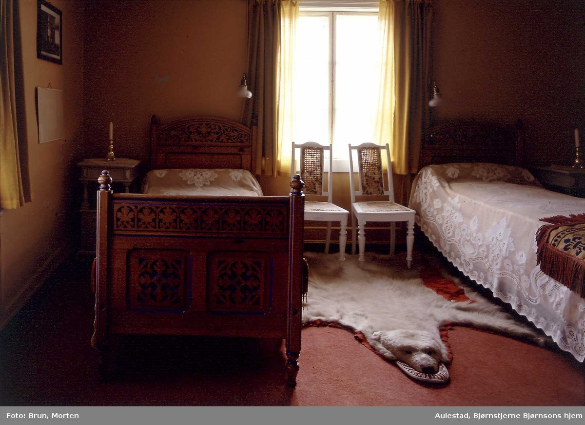 1995:Til bords med BB, Aulestad, interiør, gjesteværelse, isbjørnskinn, stol, seng,