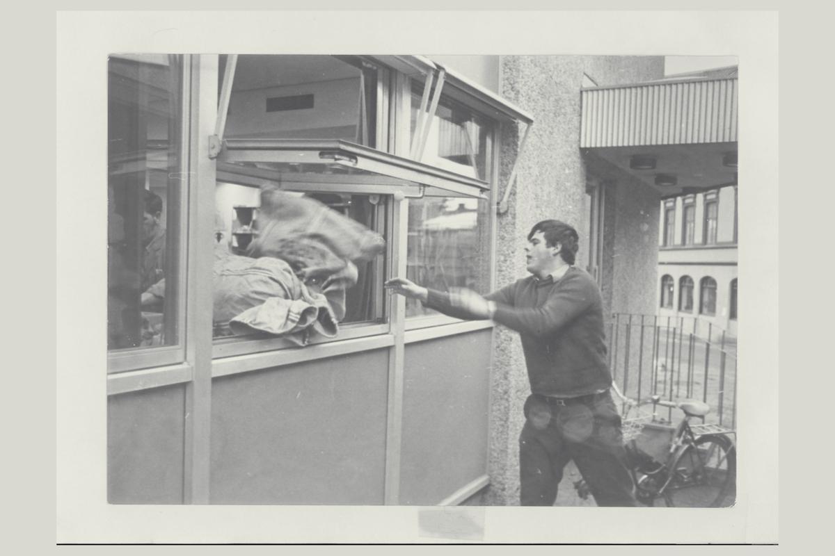 eksteriør, postkontor, 2800 Gjøvik, personalinngangen, postsekker, mann