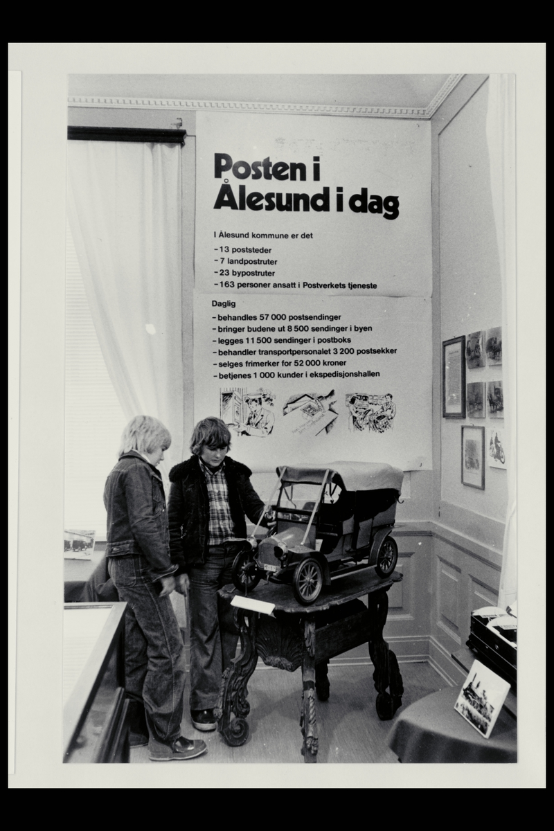 interiør, postkontor, 6025 Ålesund, 2 barn, markedsføring, posten i Ålesund, gammel bilmodell