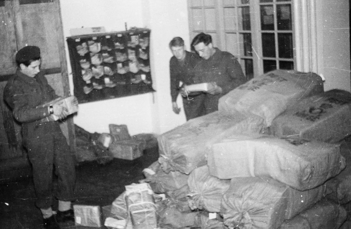 """postbehandling, feltpostkontor, Tyskland-Oslo/Flensburg, """"Militær hjelp"""", juletrafikk, pakker, menn"""
