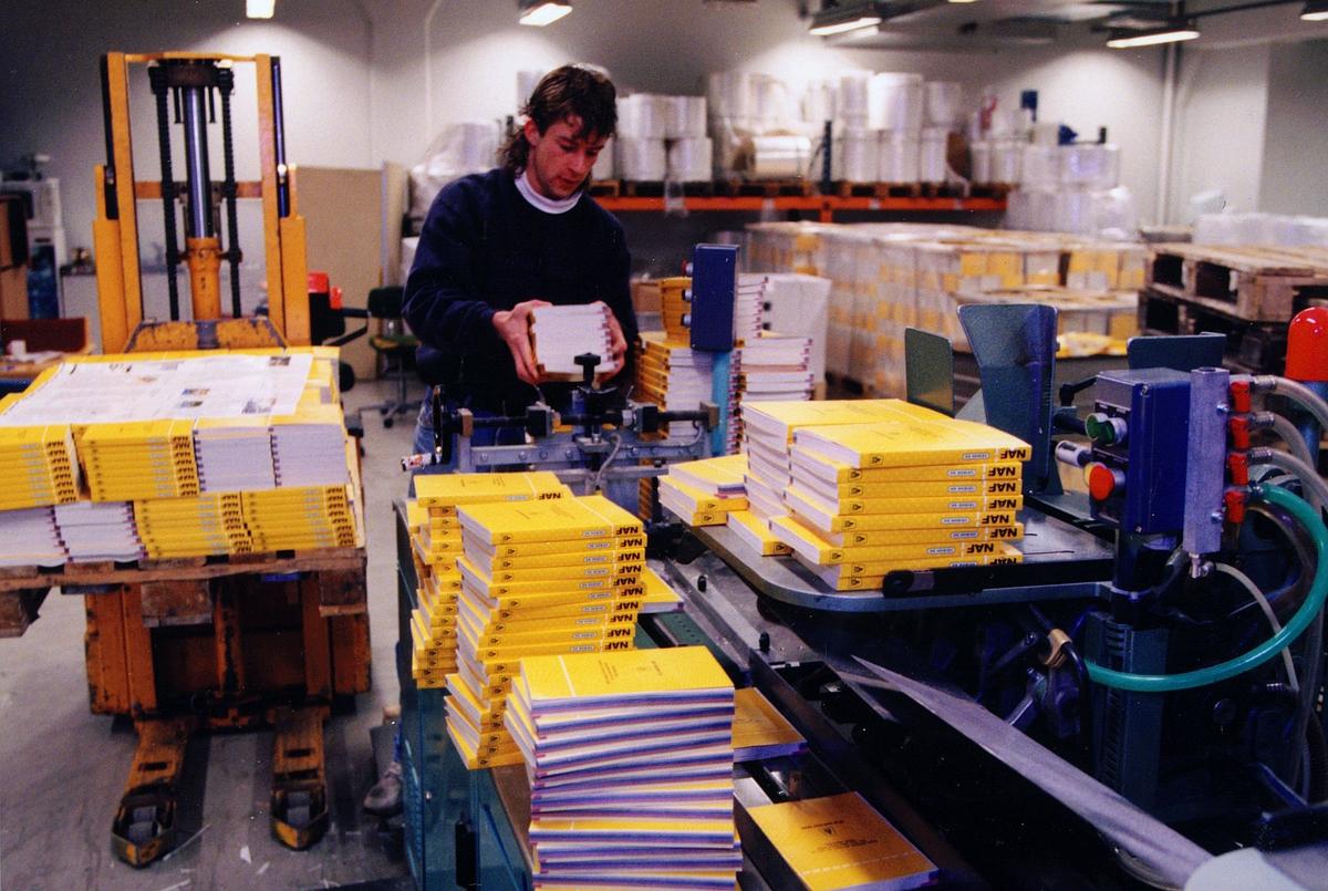 postbehandling, pakningssentralen, mann, pakking av Naf boka
