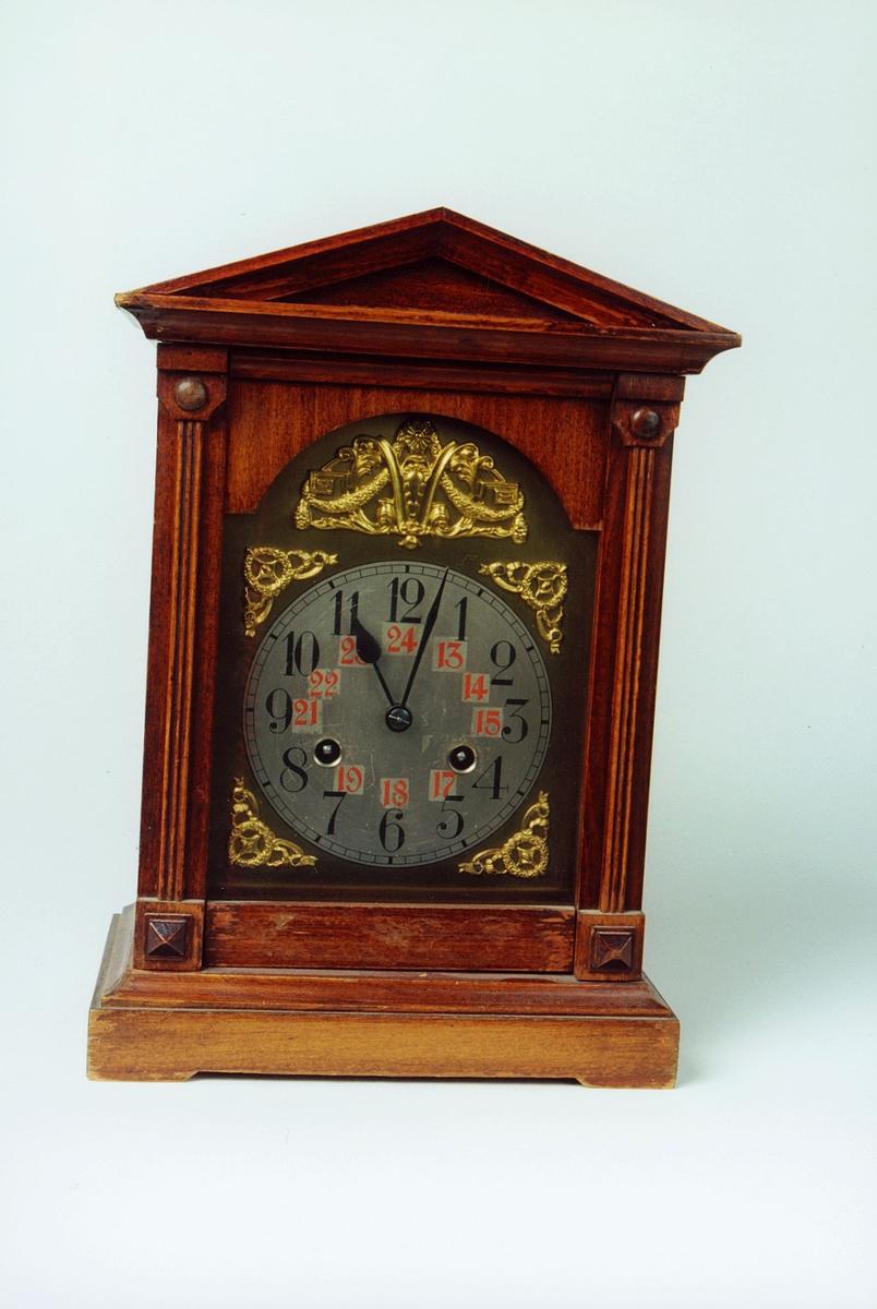 Postmuseet, gjenstander, klokke, kaminur, i rektangulær trekasse med spiss topp.
