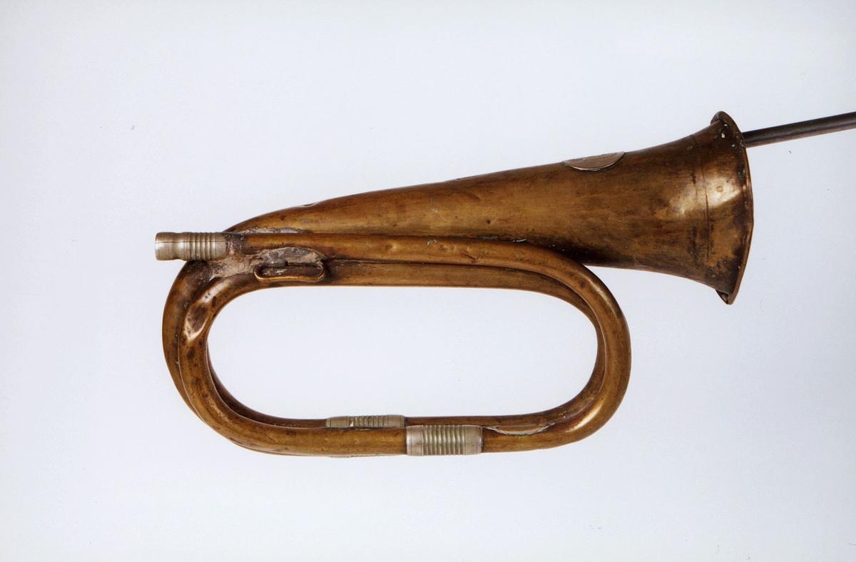 Postmuseet, gjenstander, posthorn, trompettype, mangler munnstykke, tuten er sprukket.