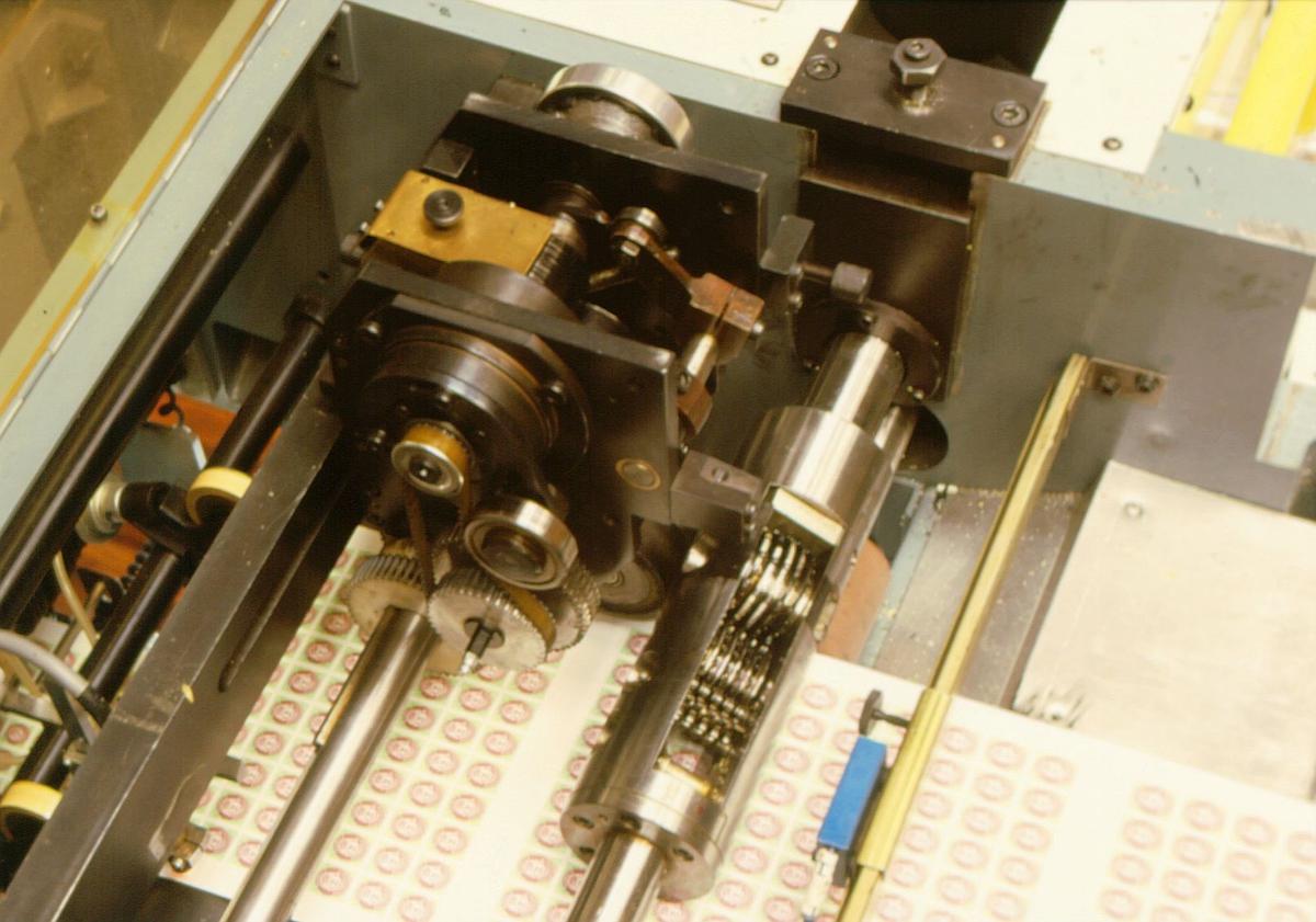 frimerketrykking, Norges bank Seddeltrykkeriet, rotasjonspresse, Goebel frimerkerotasjon, frimerker i produksjon, maskinens øvre del, nummeratør, frimerkearkene får nummer