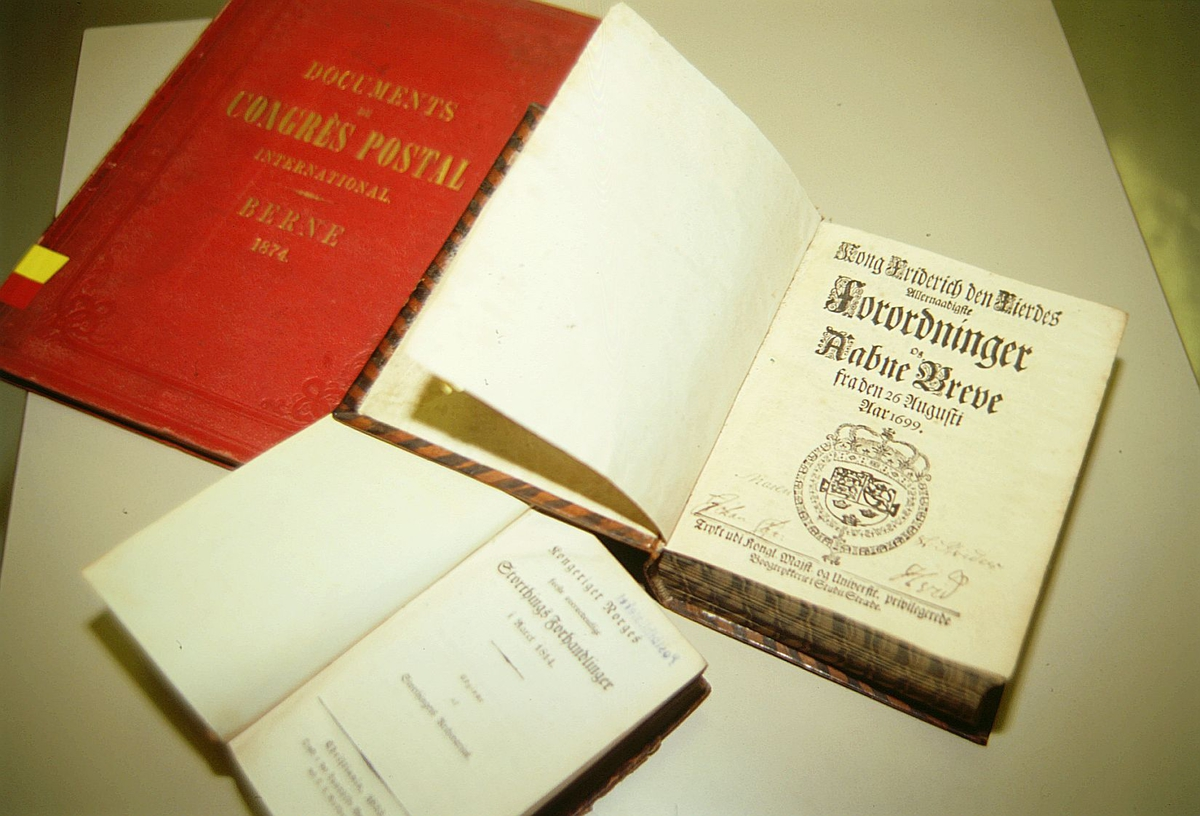 postmuseet, Kirkegata 20, biblioteket, samlinger, bøker, Kong Friderich den Fierdes allernaadigste Forordninger og Aabne Breve, forsiden, to andre bøker