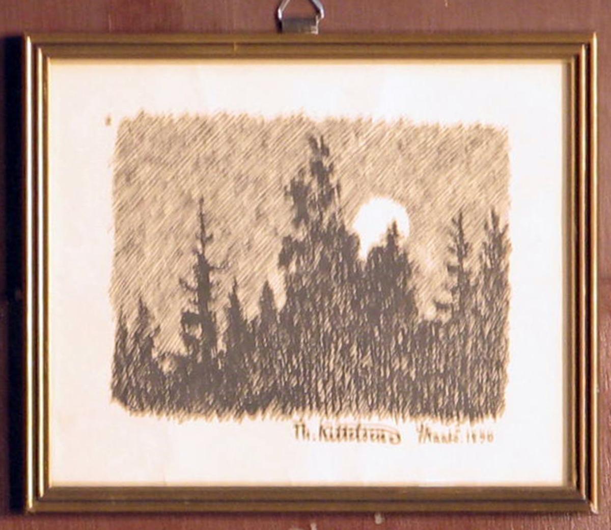 Rektangulær. Graner i silhouett, sol el. måne.