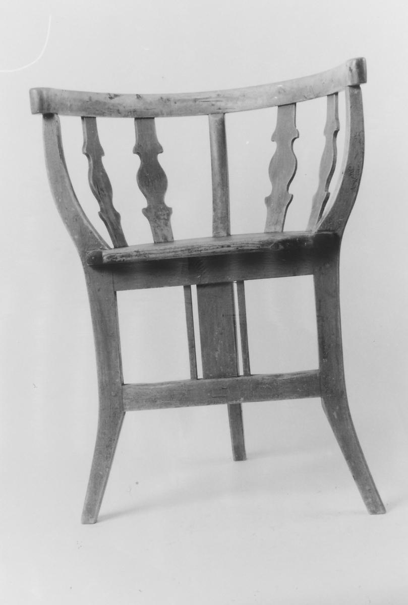 3 ben som også er støtter for karmen; 2 forbindelsestrær, 3 vertikale støtter foran; sete halvsirkelformet, 4 støtter