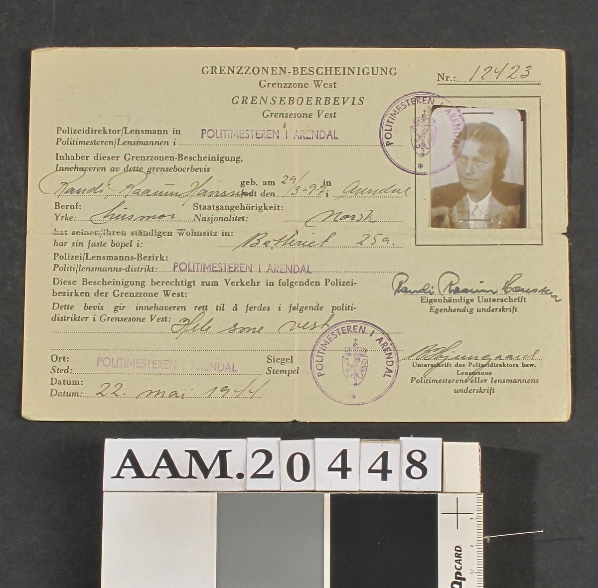 Dokument fortrykt på grønnfarget tynn kartong. A5 format, brettet til A6. Utfylt med blekk, med foto.  Utstedt Arendal Politikammer 22. mai 1944. Nr. 12423.   Tilstand: Lite slitt.