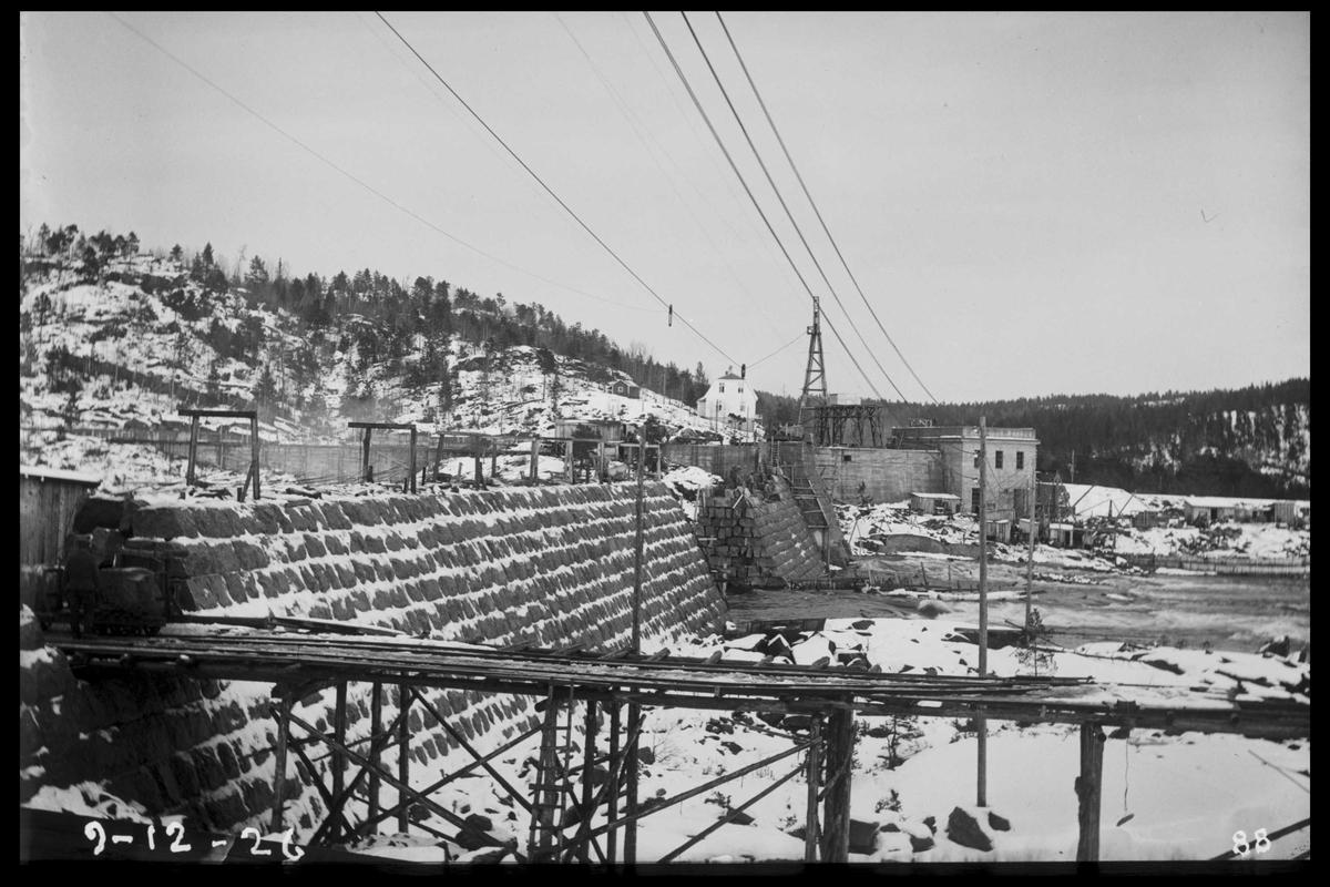 Arendal Fossekompani i begynnelsen av 1900-tallet CD merket 0468, Bilde: 8 Sted: Flaten Beskrivelse: Bygging nesten ferdig. Kraftstasjon og bolig i bakgrunnen