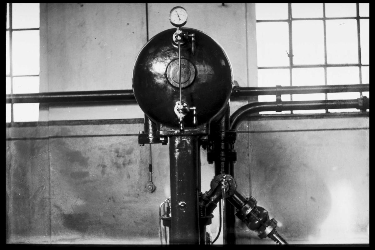 Arendal Fossekompani i begynnelsen av 1900-tallet CD merket 0469, Bilde: 62 Sted: Bøylefoss Beskrivelse: Salen. Oljetank til gammel turbin