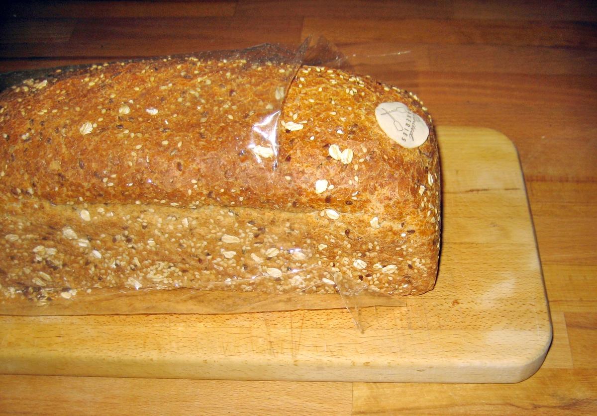 På klistermerket på brødposen er det i et hjørne et motiv med rundstykker med pålegg.
