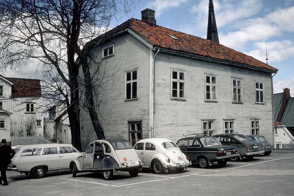 Sløyden, empirehus på Tyholmen, byens første museumsbygning, bygd 1839. Sløyd fra 1880. Ble vurdert flyttet til Langsæ i 1970-årene, da skolens sløydundervisning tok slutt.