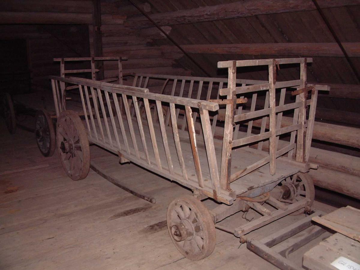 Forstilling med svingflak med doble svingringer. Jernskodde hjul med svak styrt. Avtagbare hekker som er forbundet med framkar og bakkar gjennom regulerbare jernband. Hekkenes nedre kant hviler mot keiper midtveis og i bakkant av vogna.