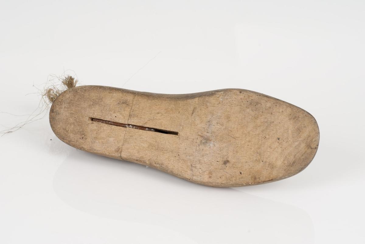 En tremodell: lest. Venstrefot i skostørrelse 42, med 9 cm i vidde. Snor på lesten.