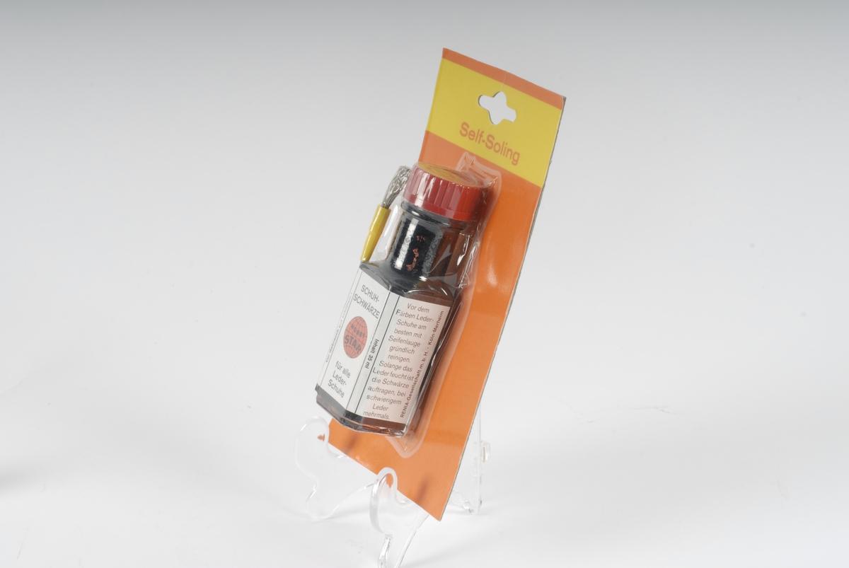 Skosverte/farge i plastflasker. Flaskene er pakket i en plast- og papp pakning. Pensel til fargen i pakningen. Pakningene ligger samlet i en plastpose.