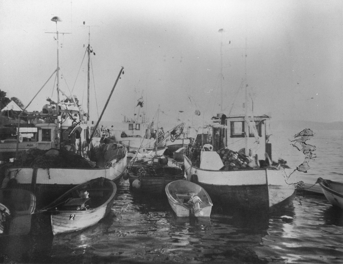 Fiskebåter klare til fisking med garn.