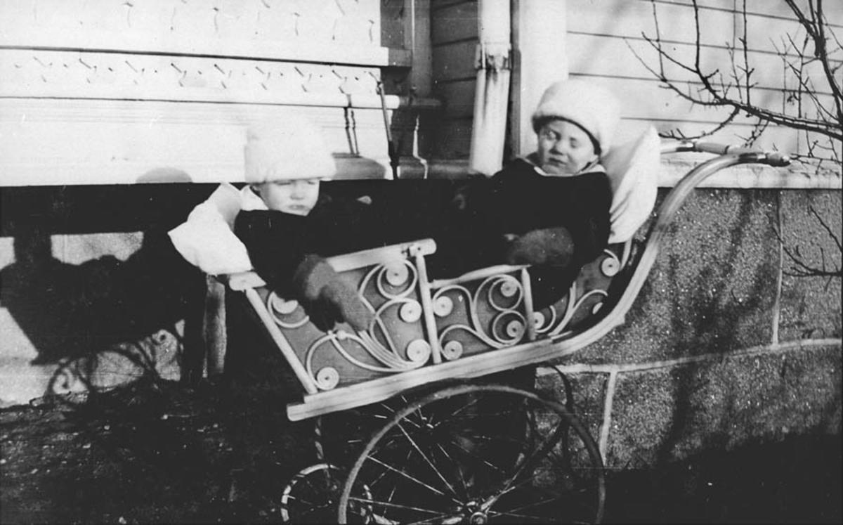 Tvillingene Finn og Jens ute i vogn.