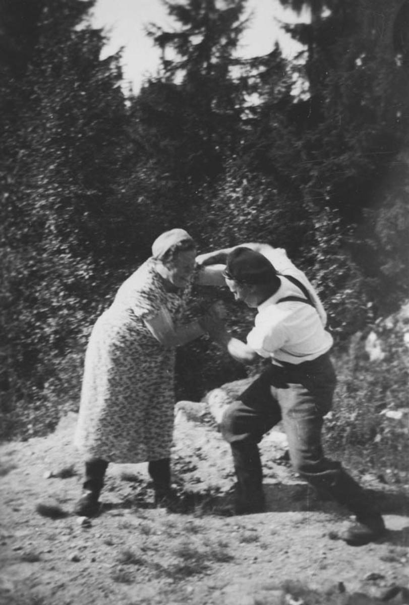 På Tyttebærtur til Rømskog. Mary Furuseth og Roald Torp har brytekamp.