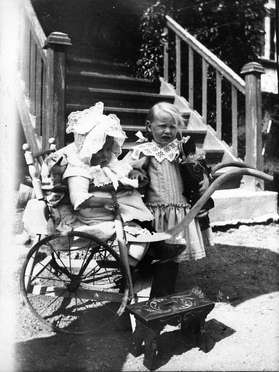 Dukkestuen på Nordre Belsjø, Laura, Karen og Eva 1905