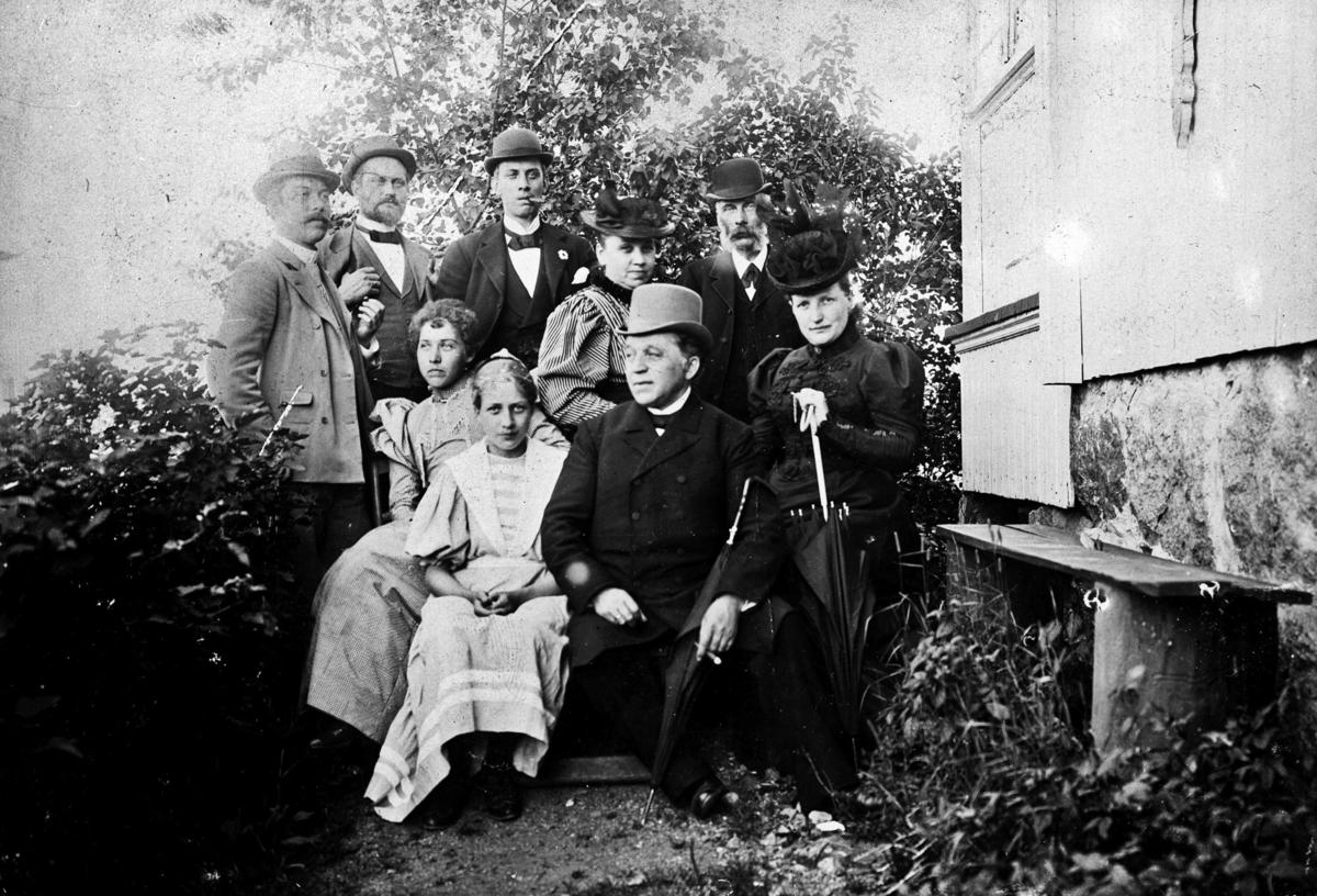 Portrett av familien Hjort i hagen Hvn? Kanskje på Thorshoug?