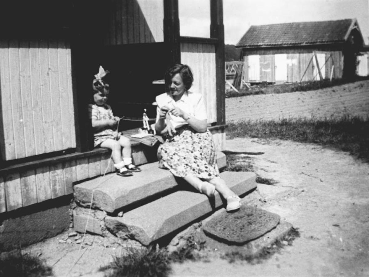 Mor og Grethe på trappa på Hvalstangen.