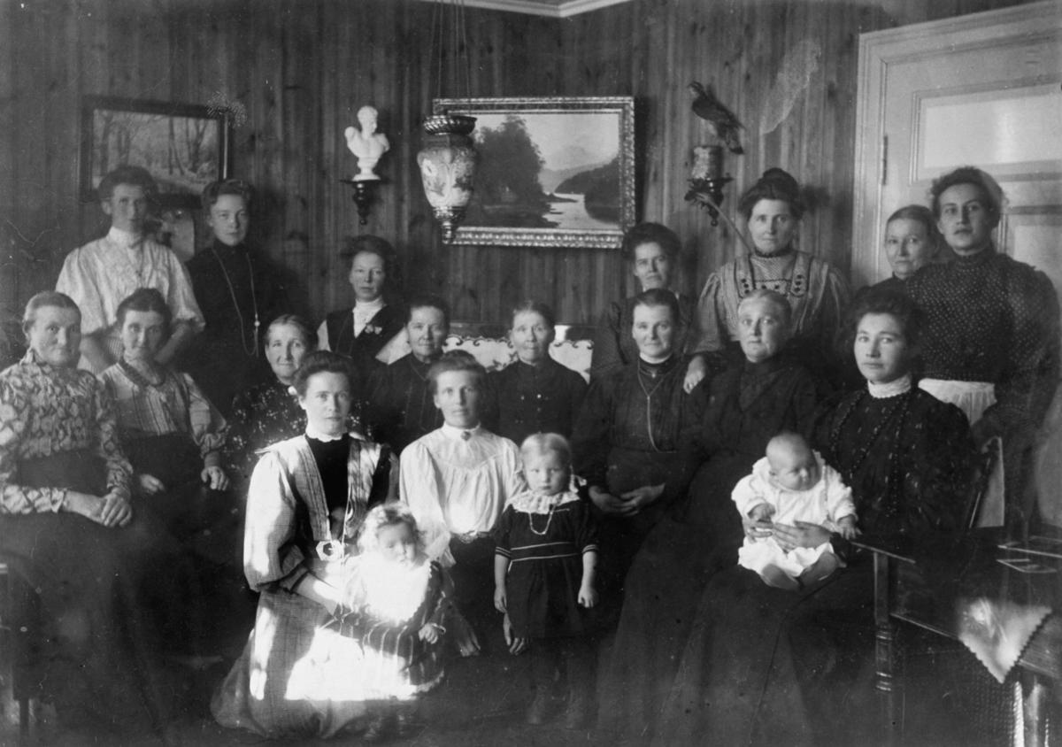 Kvinneforening på Rudsberget. Interiør av stue, dør, vegg med malerier, tre små barn er med