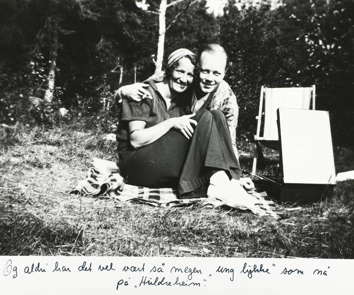 To personer, reisegramofon. Ca. 1930.
