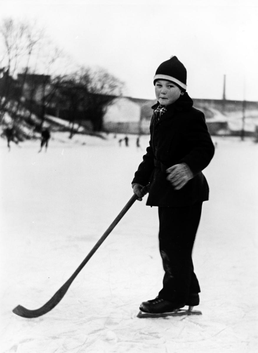 Gutt på skøyter m/kølle (siv.ing. Trond Arnesen f. 1.01.48).