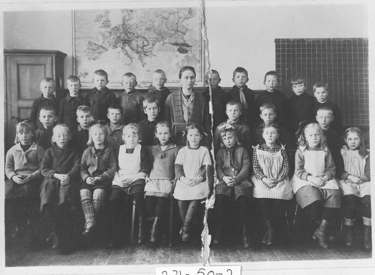 Sagdalen skole. Skolen ble bygget i 1919.