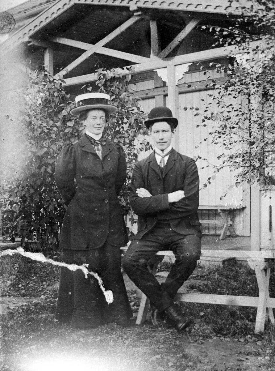 Braaten, Ragnhild og Peder eiere av Leirsund gård. Ekteparet oppstilt foran trappen til hovedhuset