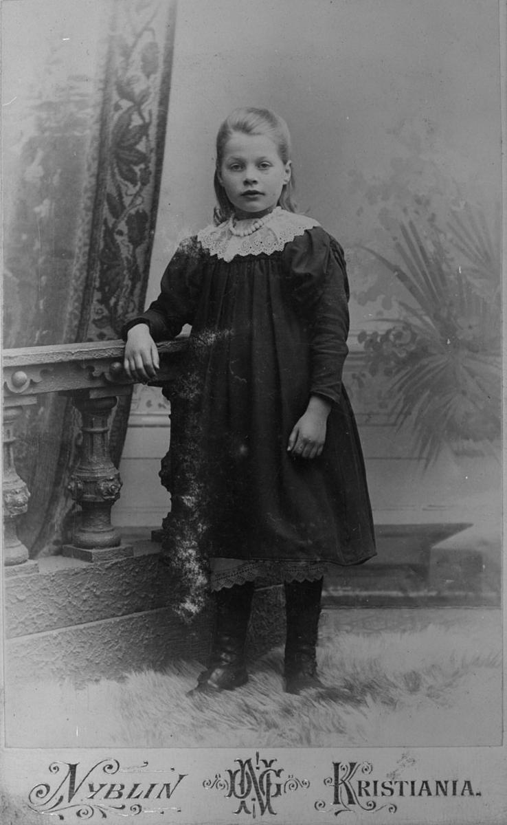 Portrett av Anna Marie Hønsen f.1890. (Her er hun 12 år.)