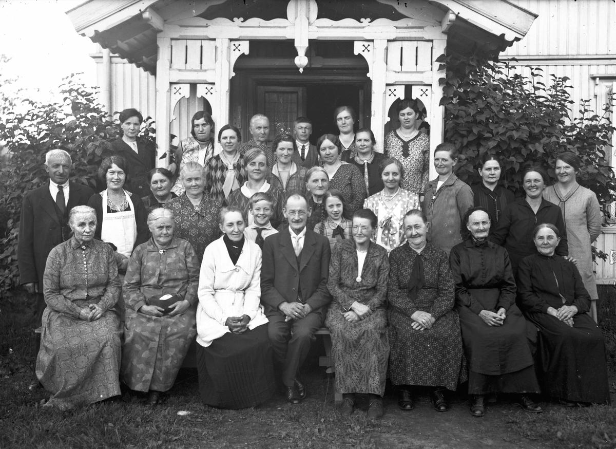 Misjonsmøte fra 20-tallet. Emissær Strand i midten foran, med kona til venstre på bildet (lys jakke). Strands misjon.