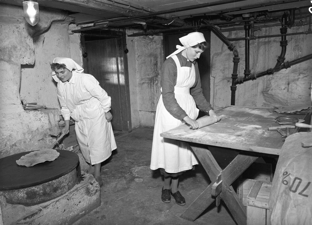 Bjerkely Ungdomsskole. Baking av flatbrød – i kjelleren.