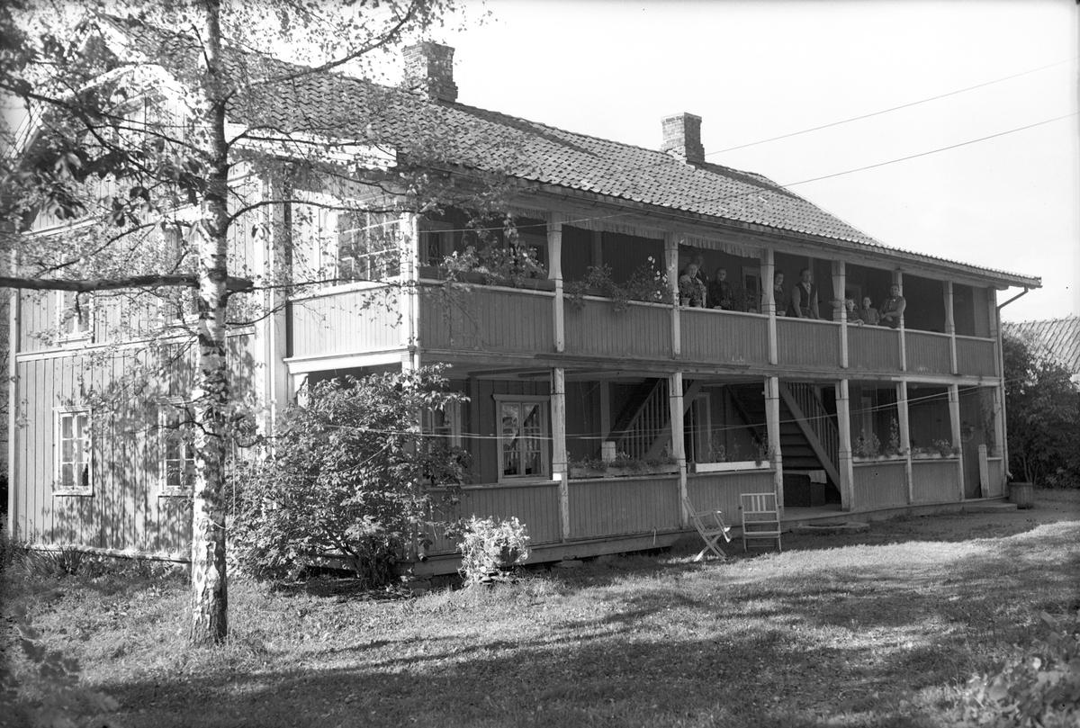 Hus med svalgang. Huset er panelt, men skikken med denne type svalgang er sjelden på nyere hus.
