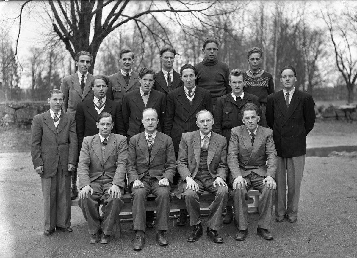 Lærere på Tingvoll. Foran fra v.: Peder Vidnes (rektor på Langset skole), Sommerfeldt, rektor Jacob Markussen, Steinar Bergh (alle på Eidsvoll kommunale realskole). Resten ukjent. Ca. 1950.