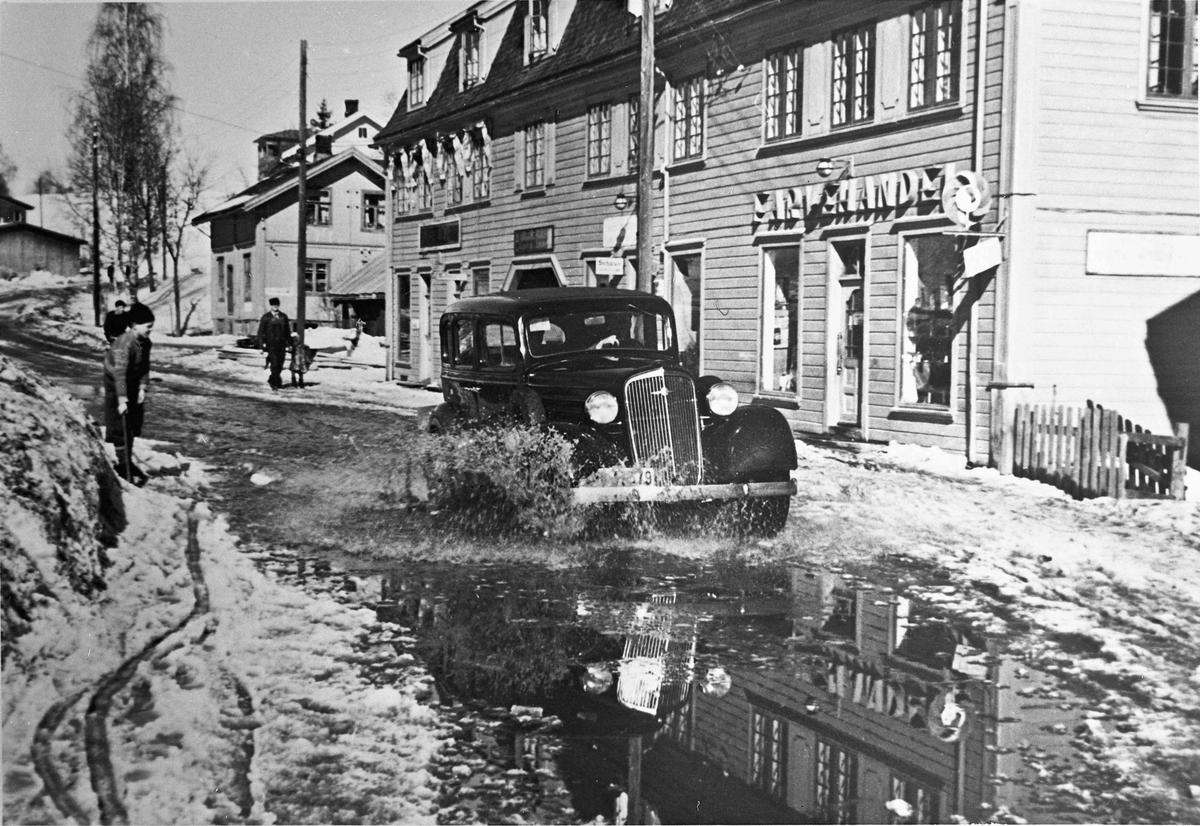 Ansamling av biler og folk i Sundet. Våren 1946. Sannsynligvis under Rudseterløpet. 1920-30 årsmodell biler i gaten.