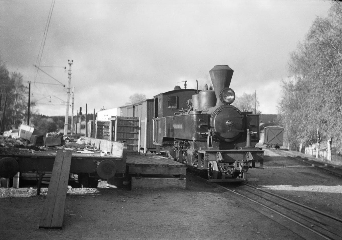 Lok. 5 Bjørkelangen skifter på rampesporet på Sørumsand stasjon.