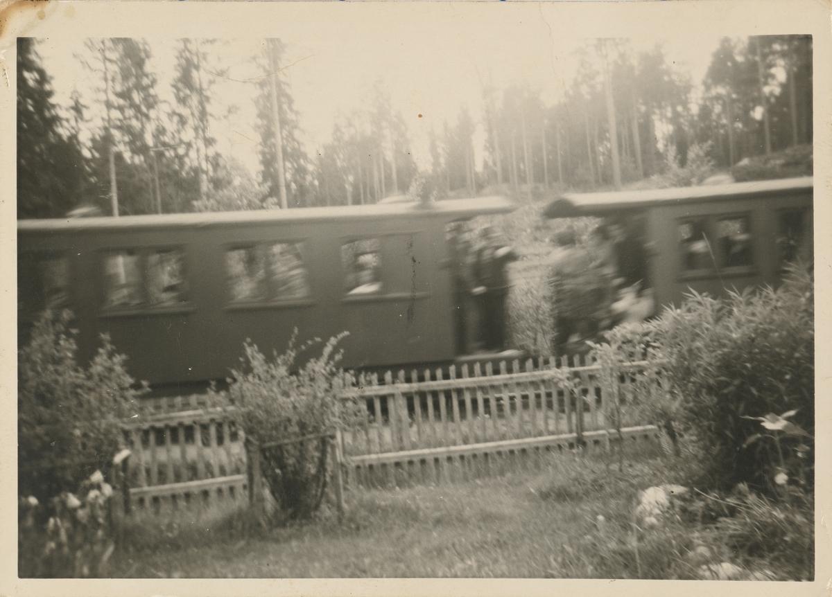 Siste ordinære tog fotografert fra stuevinduet ved Nebbenesåsen.